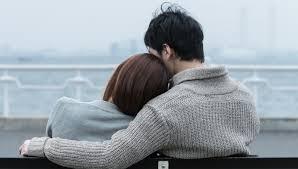 肩を組むカップル